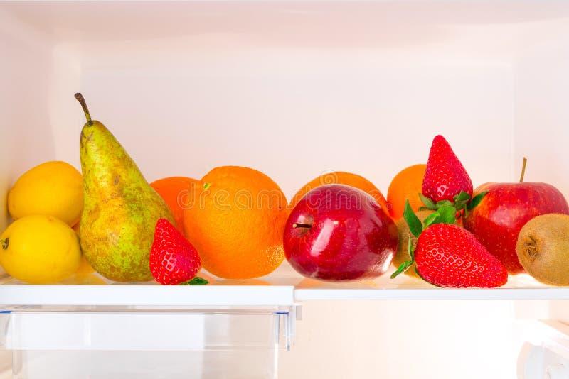 Estante del refrigerador con las frutas imágenes de archivo libres de regalías