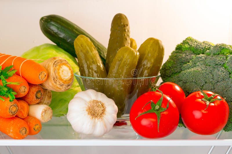 Estante del refrigerador con las verduras imagen de archivo