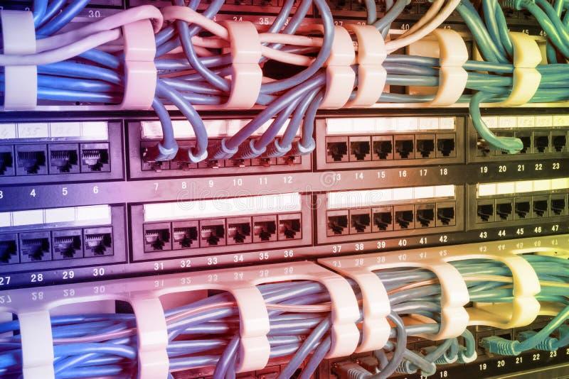 Estante del servidor con los cables azules imagen de archivo