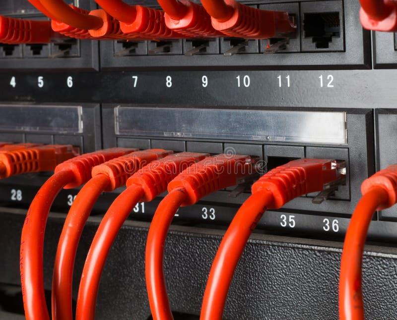 Estante del servidor con los cables rojos imágenes de archivo libres de regalías