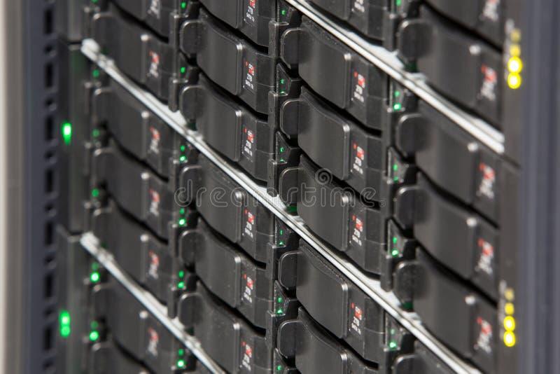 Estante del servidor con los discos duros múltiples fotografía de archivo libre de regalías