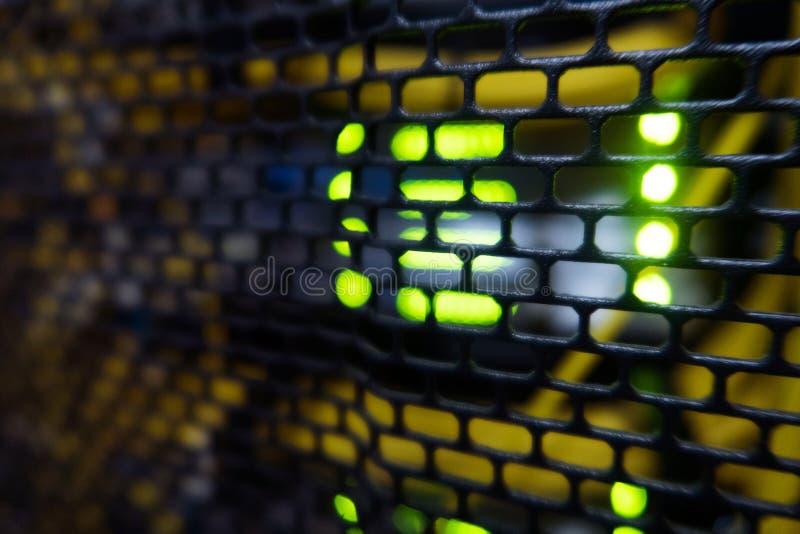 Estante del servidor con los servidores y los cables Estantes del servidor, sitio del servidor imagenes de archivo