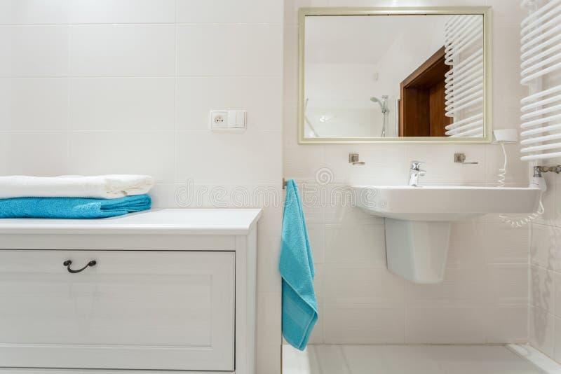 Estante en cuarto de baño de lujo foto de archivo