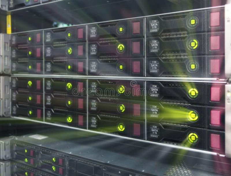 Estante grande del servidor de HDD Muchos servidores potentes que corren en el cuarto del servidor del centro de datos Arsenal de stock de ilustración