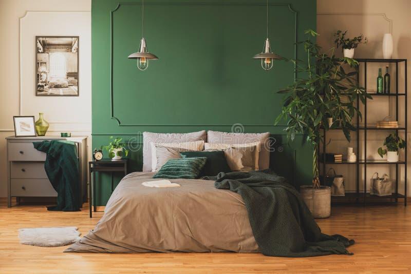 Estante industrial y cómoda de madera en el dormitorio contemporáneo interior con la selva urbana imágenes de archivo libres de regalías