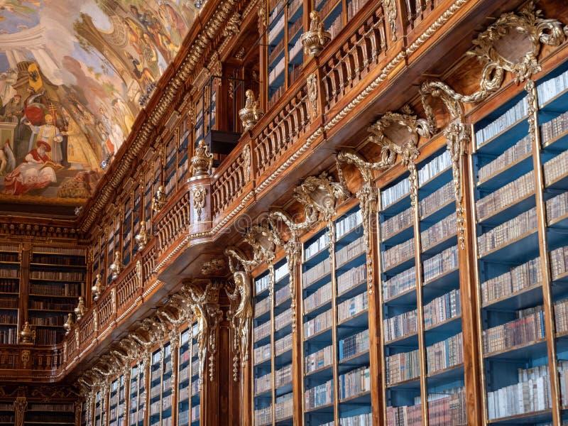 Estante na biblioteca de monastério de Strahov - Salão filosófico imagens de stock royalty free