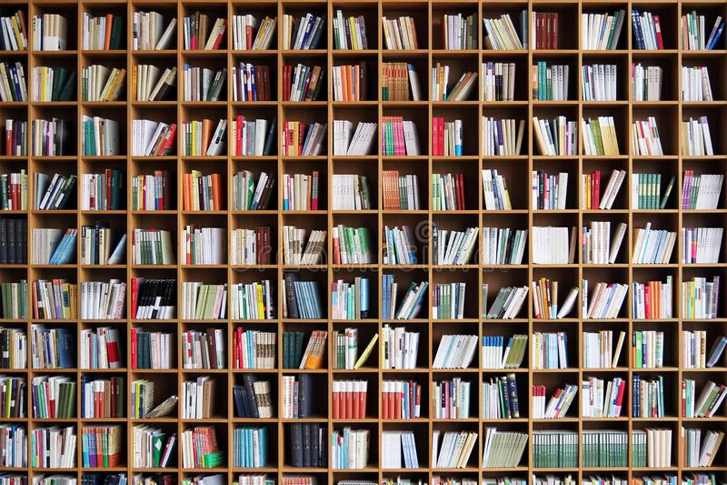 Estante na biblioteca pública fotografia de stock