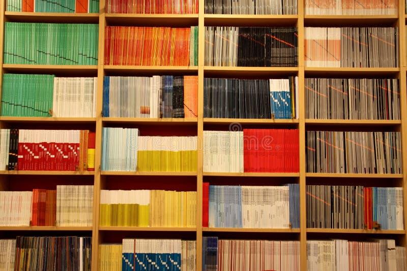 Estante para libros con los libros imagen de archivo libre de regalías