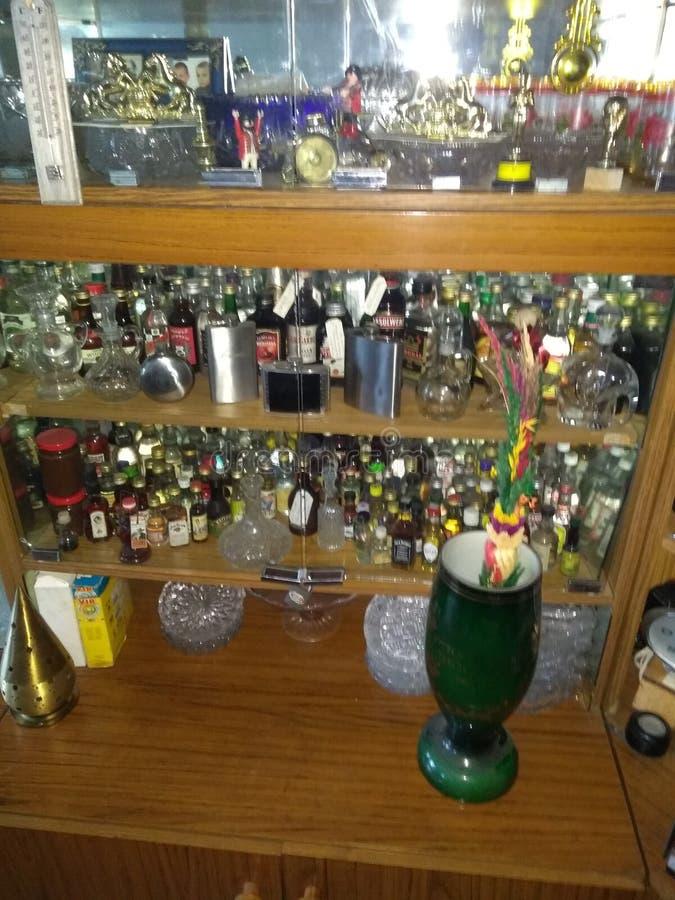 estante para libros de la vodka con las botellas de las botellas que prueban el tipo fotos de archivo libres de regalías