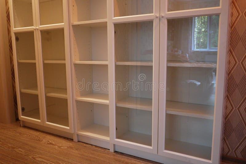 Estante para libros dentro del apartamento imagen de archivo libre de regalías