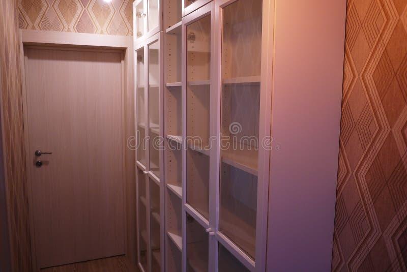 Estante para libros dentro del apartamento imágenes de archivo libres de regalías