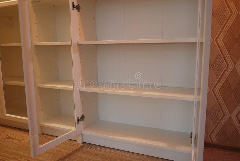 Estante para libros dentro del apartamento foto de archivo libre de regalías
