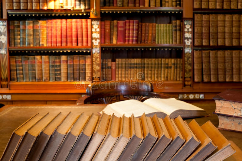 Estante para libros y escritorio del estudio imagen de archivo