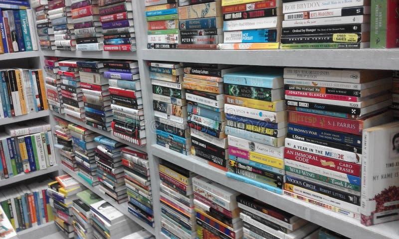 Estante por completo de colecciones de libros imagenes de archivo