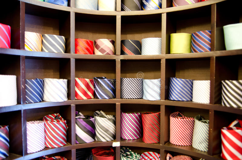 Estante por completo de corbatas de seda finas en una tienda italiana de la materia textil imágenes de archivo libres de regalías