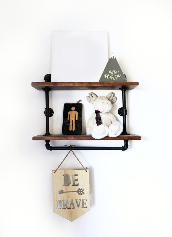 Estante r?stico Art Shelfie Be Brave del dormitorio de los muchachos foto de archivo