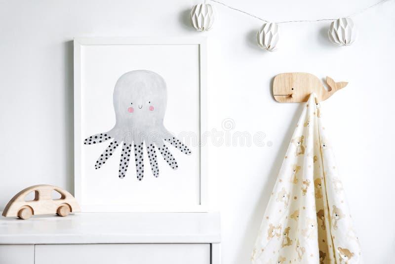 Estante recién nacido escandinavo elegante del bebé con mofa encima del marco de la foto, de la caja, del oso de peluche y de los fotografía de archivo libre de regalías