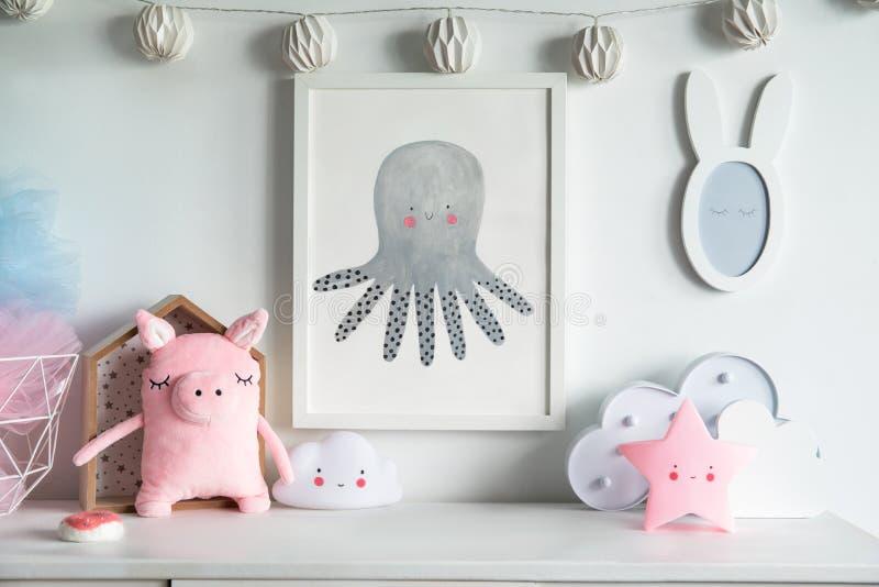 Estante recién nacido escandinavo elegante del bebé con mofa encima del marco de la foto, de la caja, del oso de peluche y de los imagenes de archivo