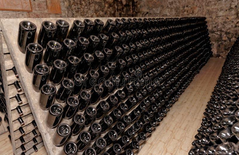Estante usado para envejecer los vinos espumosos en las heces fotos de archivo libres de regalías