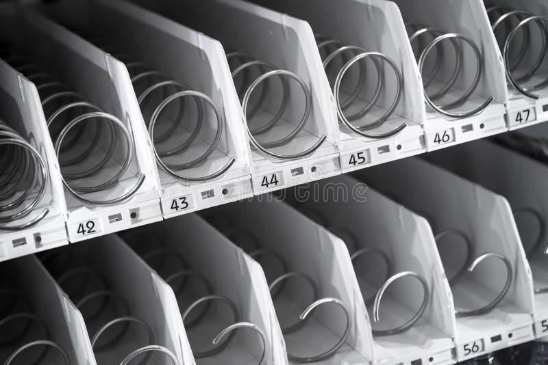Estante vacío de la máquina expendedora imagenes de archivo