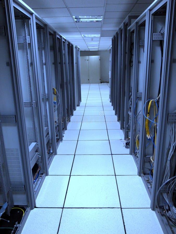 Estante viejo del centro de datos con izquierda detrás de los cables imágenes de archivo libres de regalías