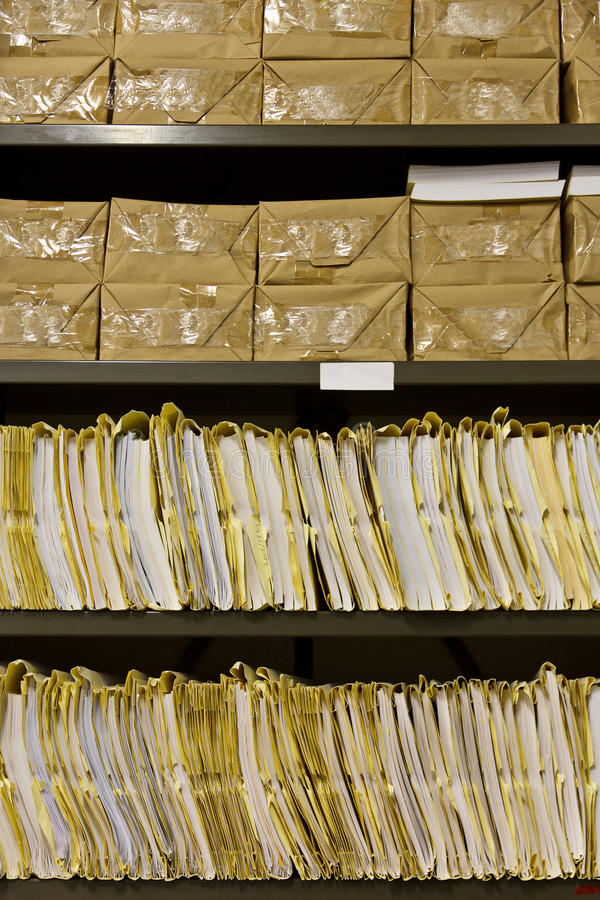 Estante viejo y polvoriento de los expedientes de los archivos fotografía de archivo libre de regalías