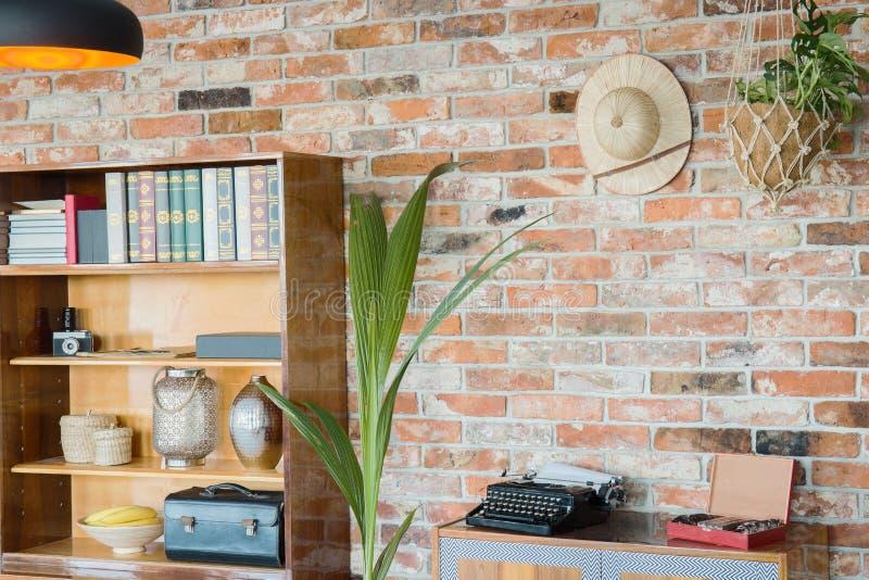 Estante y pared de ladrillo de madera imagen de archivo libre de regalías