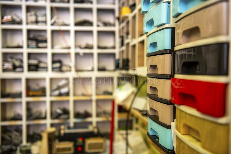 Estantes coloridas imagen de archivo