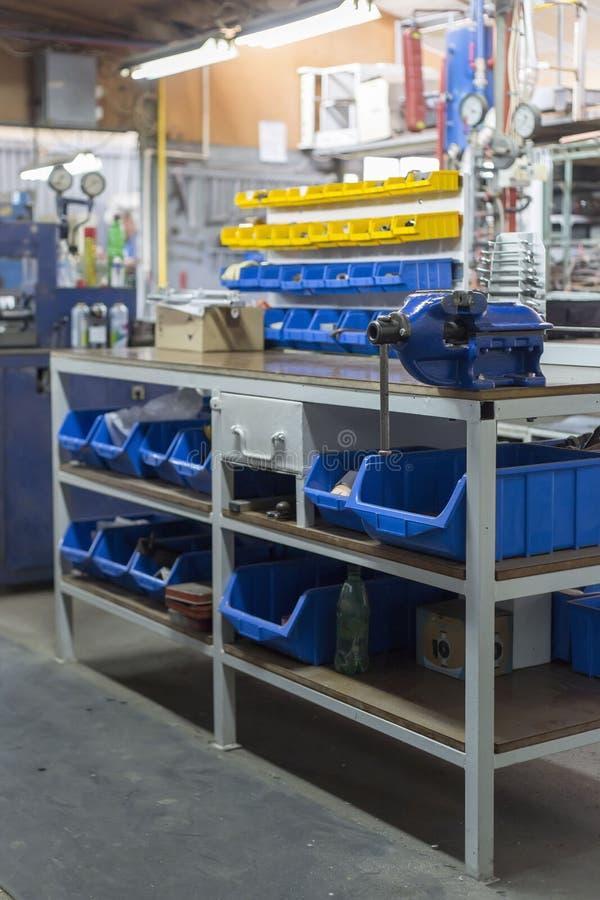 Estantes con diversas herramientas en un taller de metalurgia imagen de archivo