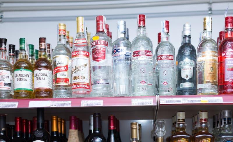 Estantes con la vodka y otras bebidas fuertes fotos de archivo libres de regalías