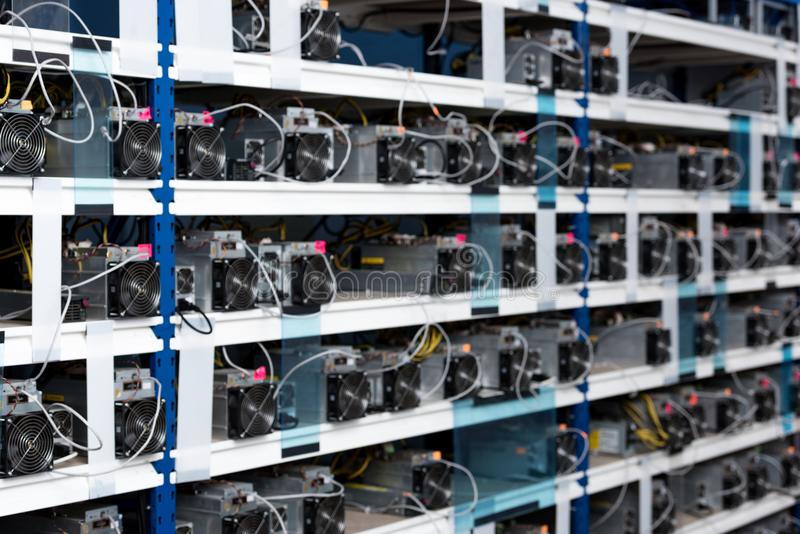 estantes con las unidades de la fuente de alimentación para el cryptocurrency foto de archivo libre de regalías