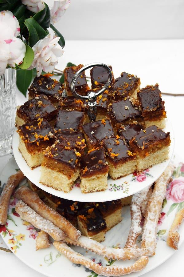 Estantes con los dulces del día de fiesta foto de archivo