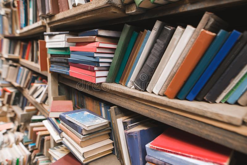Estantes con los libros en la biblioteca vieja Fondo de los estantes de librería Libros viejos en estantes de la biblioteca fotos de archivo