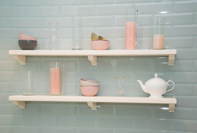 Estantes con los platos decorativos Tonos delicados del rosa y blancos fotos de archivo