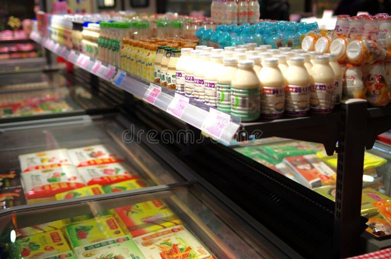 Estantes cuidadosamente dispuestos en supermercados fotografía de archivo