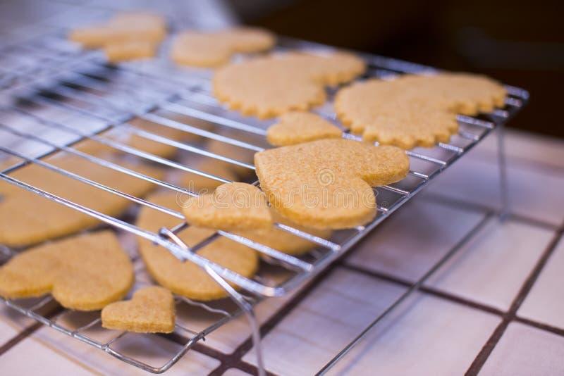 Estantes de enfriamiento galletas en forma de corazón del día de tarjeta del día de San Valentín de las diversas fotografía de archivo