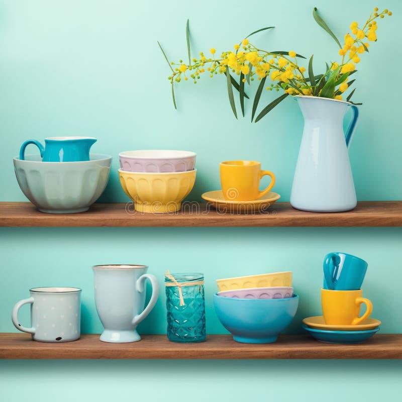Estantes de la cocina con las tazas y los platos imágenes de archivo libres de regalías