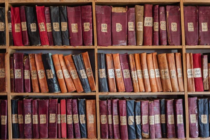 Estantes de librería de la biblioteca fotos de archivo libres de regalías