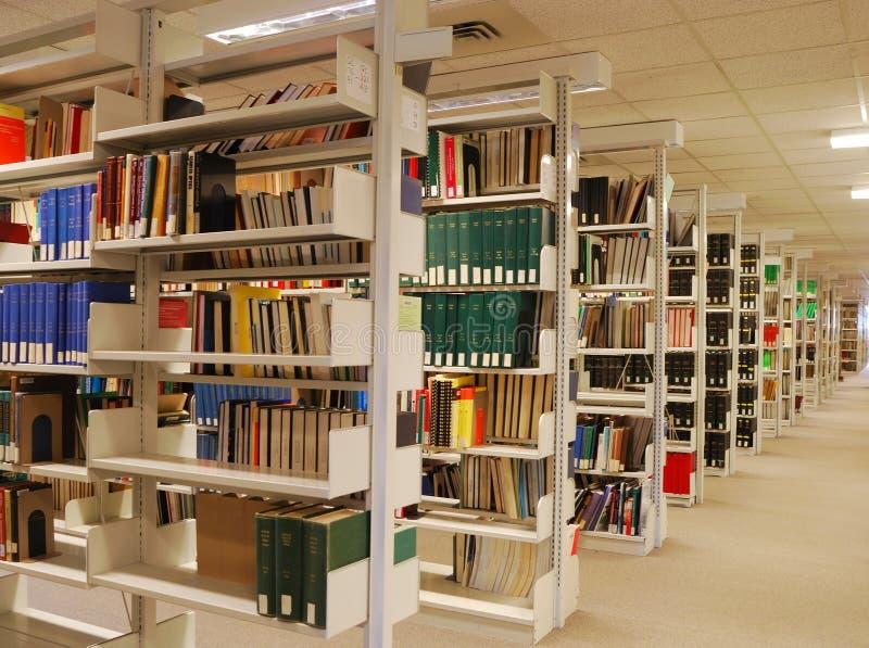 Estantes de libro en biblioteca fotos de archivo libres de regalías