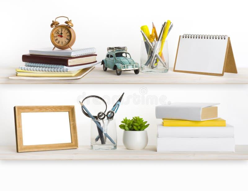 Estantes de madera blanqueados con diversos objetos relacionados caseros foto de archivo libre de regalías