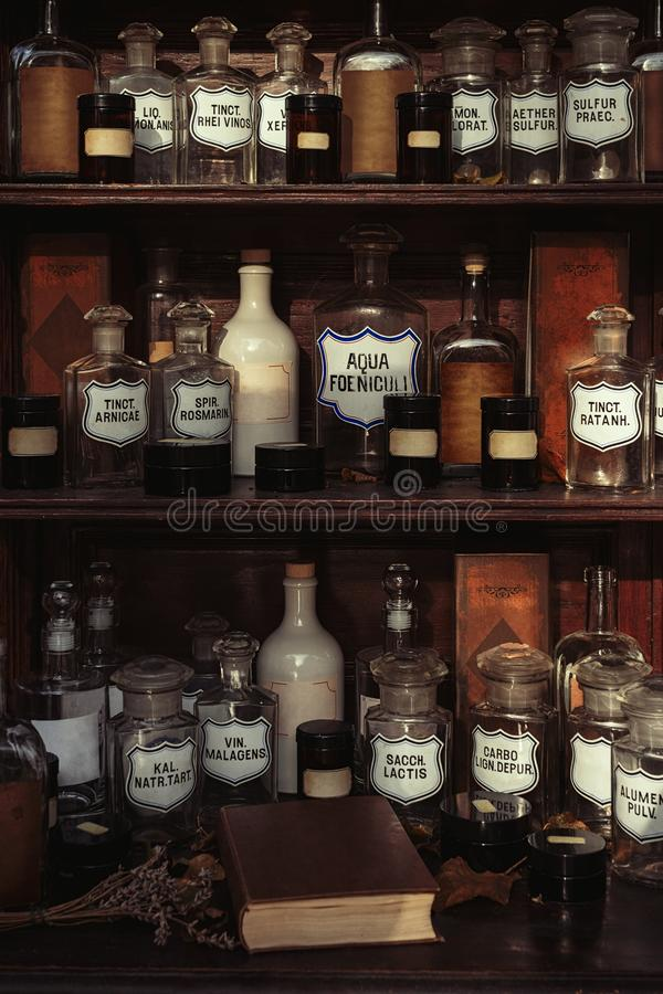Estantes de madera con las viejas botellas y etiquetas fotografía de archivo libre de regalías