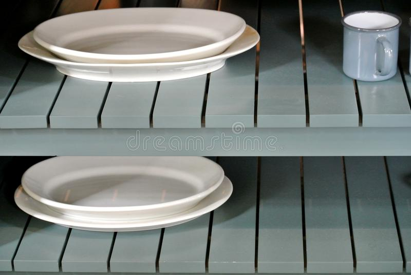 Estantes de madera con los platos fotos de archivo libres de regalías