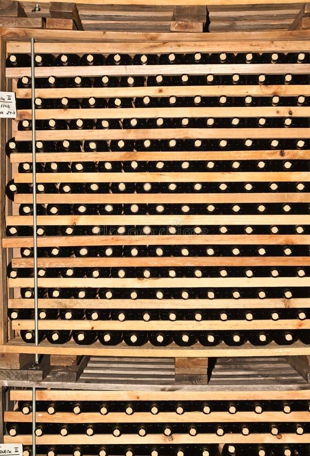 Estantes de madera de las botellas de vino con los corchos foto de archivo