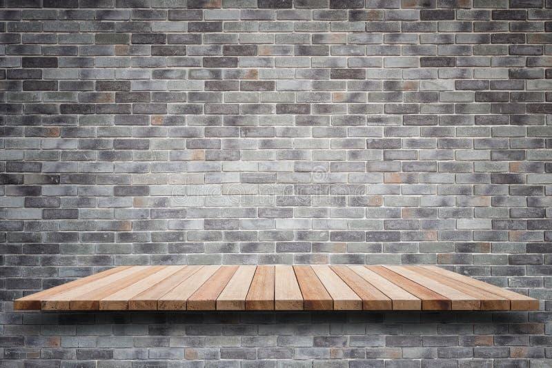 Estantes de madera superiores vacíos y fondo de la pared de piedra foto de archivo libre de regalías
