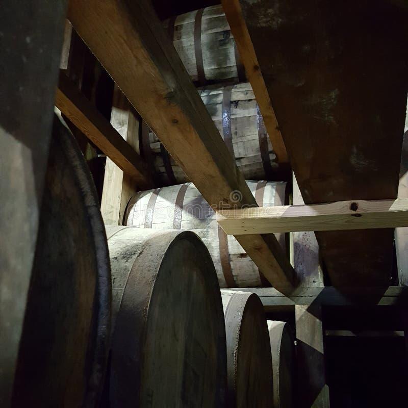 Estantes de Rickhouse con los barriles llenados de borbón fotografía de archivo libre de regalías