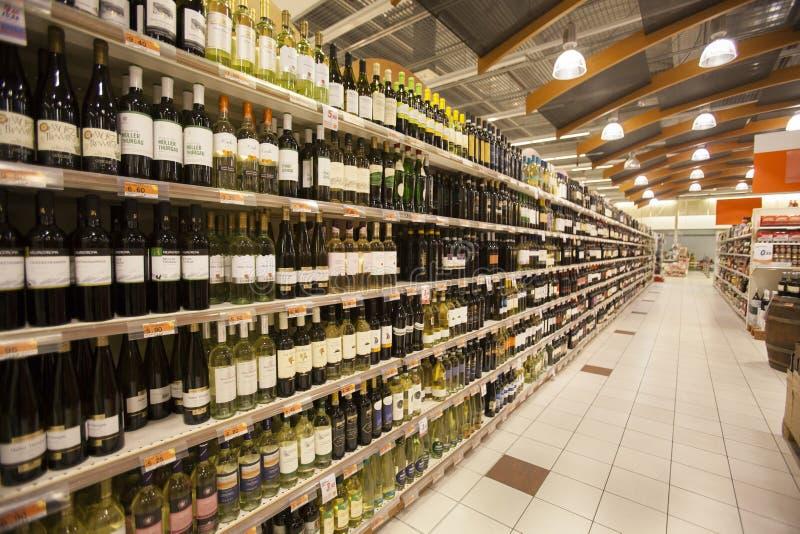 Estantes de una tienda del italiano de las botellas de vino fotografía de archivo