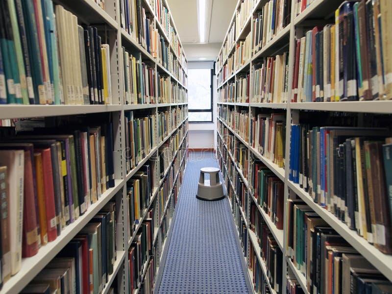 Estantes en biblioteca fotografía de archivo