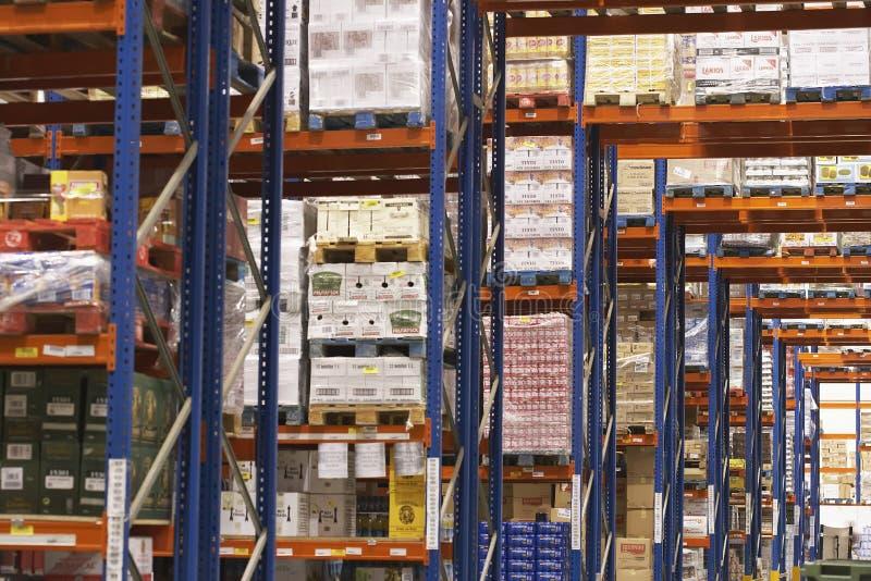 Estantes por completo de la mercancía en Warehouse fotografía de archivo libre de regalías