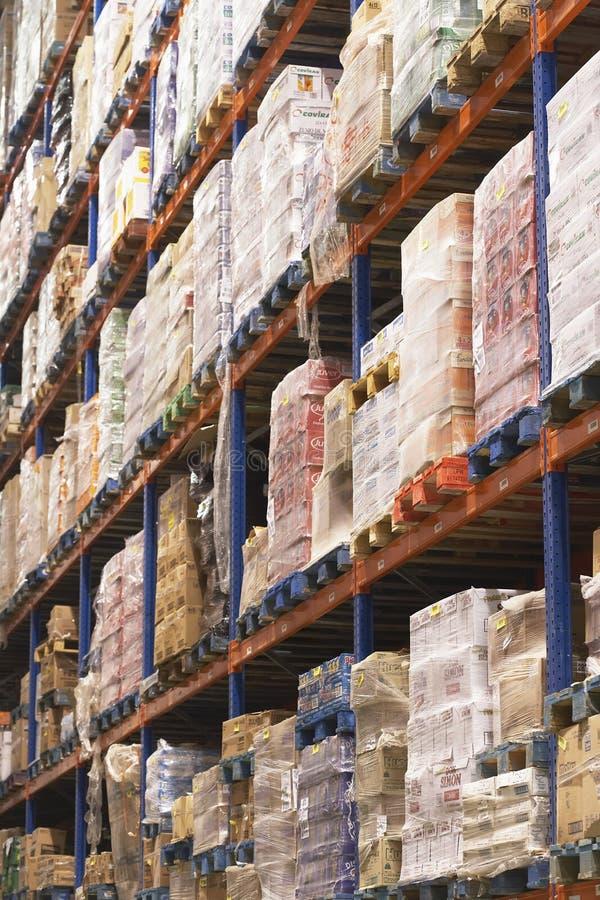 Estantes por completo de la mercancía en Warehouse imágenes de archivo libres de regalías