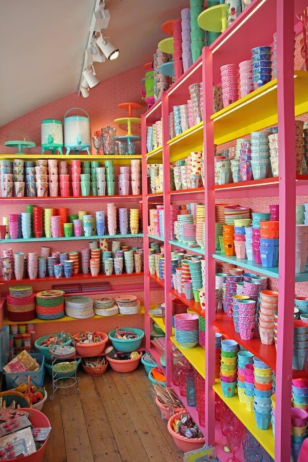 Estantes rosados de la diversión de tazas imagenes de archivo